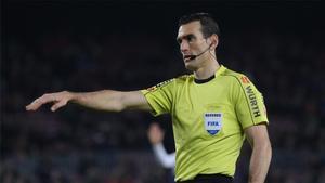 Martínez Munuera, durante el transcurso de un partido.