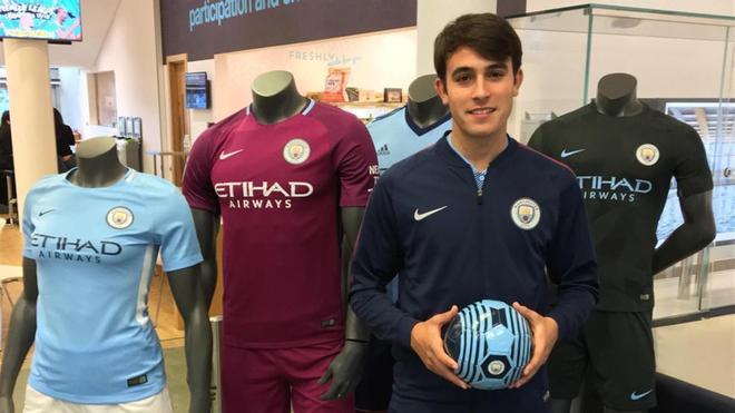 Eric García posa con las equipaciones del City