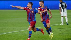 Jutglà celebra el segundo gol junto al autor del primero, Rodado