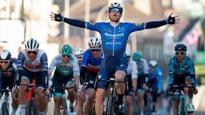 Sam Bennett celebra su victoria en la primera etapa de la París-Niza 2021