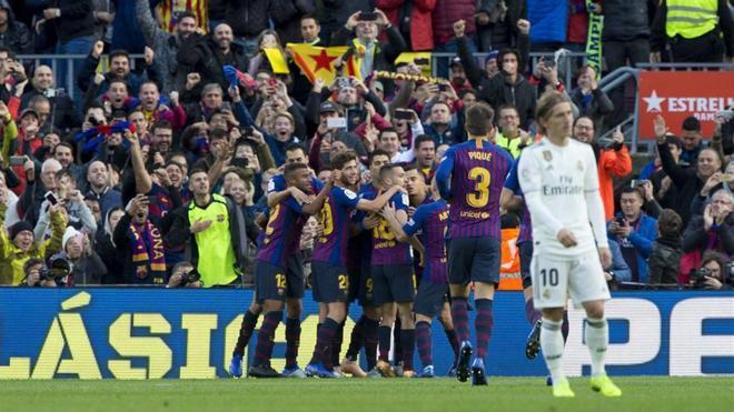 Los jugadores del Barça celebran el primer gol, obra de Coutinho