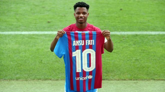 Ansu Fati posa con la camiseta y el dorsal 10