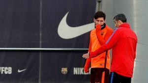 Messi y Valverde, hablando durante una sesión