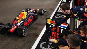 Momento en el que Verstappen cruza vencedor bajo la línea de meta