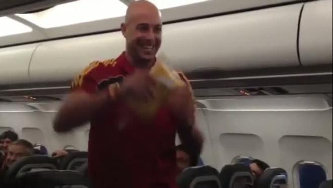Reina monta el show en el avión