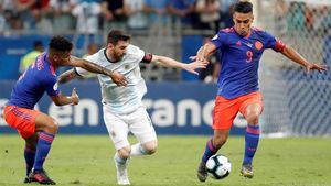 Messi intenta superar a Falcao