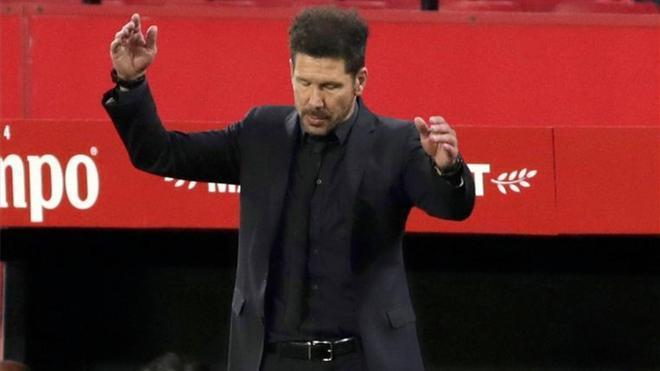 Simeone lamentándose durante el partido en el Sánchez Pizjuán