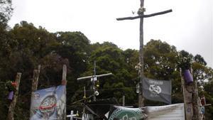 Un altar con recuerdos y mensajes conmemora a las víctimas del accidente aéreo