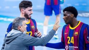 Xavi Pascual, dando instrucciones a Dika Mem junto a Ludovic Fabregas