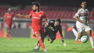Yuri Alberto marcando sin mirar su gol al Sao Paulo