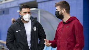 Eder Sarabia y Gerard Piqué conversan antes del Espanyol B-Andorra del pasado miércoles