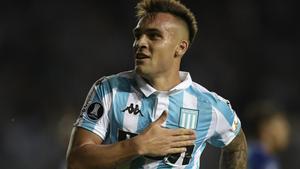 Lautaro Martínez se formó en el Club Atlético Liniers y las categorías inferiores del Racing de Avellaneda en el que debuto en el primer equipo en octubre de 2015.