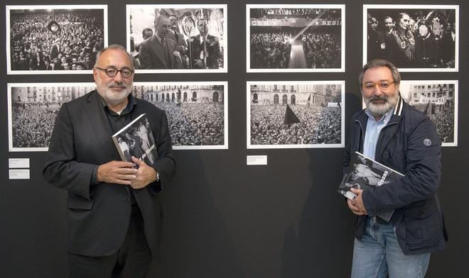 Carlos Pérez de Rozas, junto a su hermano Emilio, en la exposición Pérez de Rozas. Crònica gràfica de Barcelona. 1931-1954,