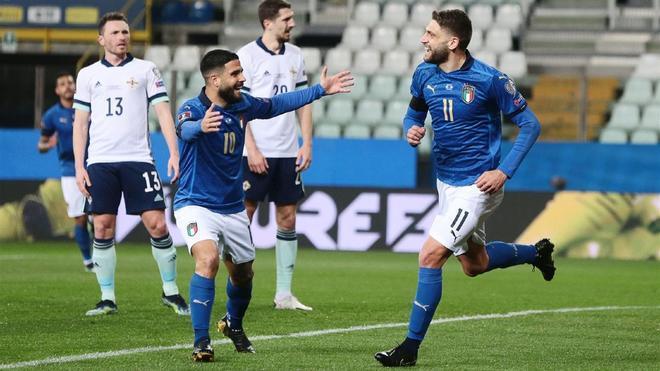 Insigne y Berardi festejan un gol de la selección de Italia