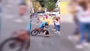 ¡Qué duro! Una asistente cruza la línea de meta en pleno sprint y el accidente es estremecedor