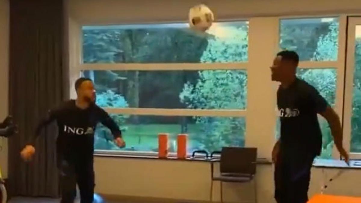 Depay pasa página jugando al fútbol-tenis