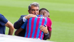 Emerson se anima con el catalán en el día de su presentación. Atención a la cara de sorpresa de Joan Laporta...
