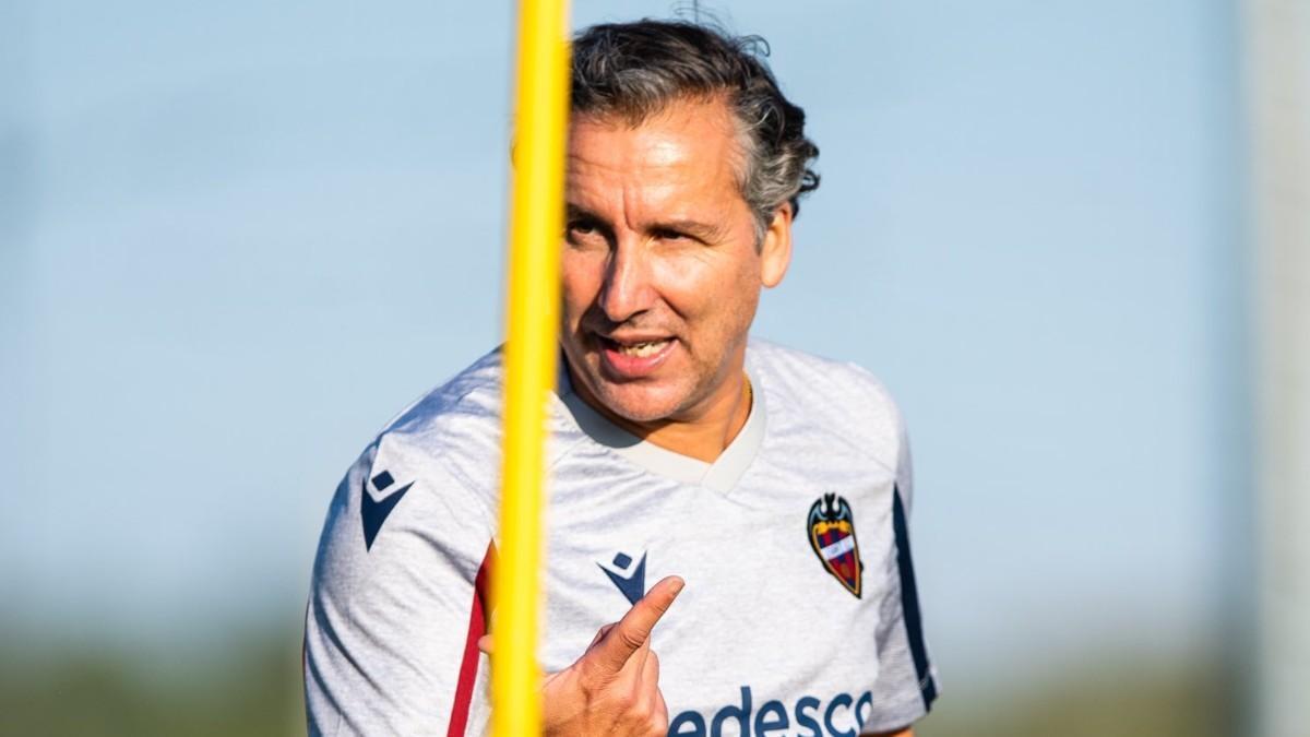 Pereira dando órdenes a sus jugadores