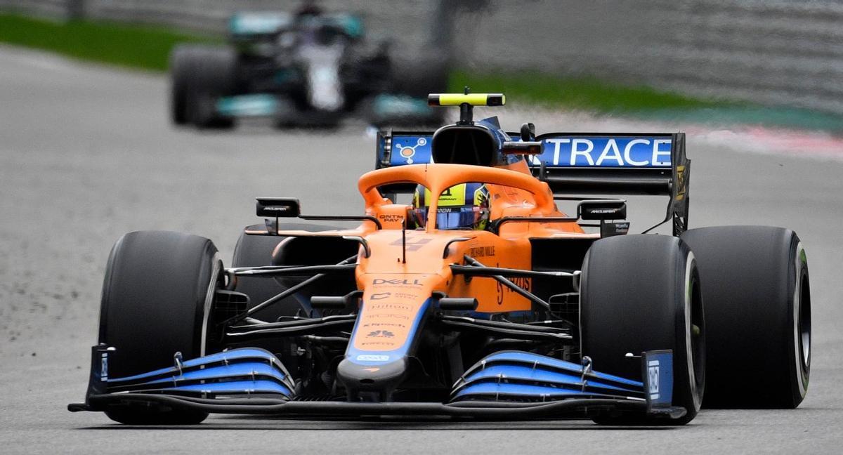 Lando Norris liderando el GP de Rusia, con Hamilton al acecho