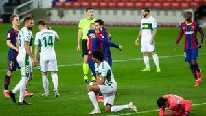 Messi abrió el marcador ante el Elche tras una magistral asistencia de tacón de Braithwaite