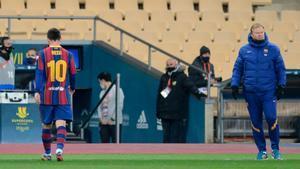 Messi sale del campo tras recibir la tarjeta roja en la prórroga