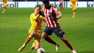 Diego Costa disputa un balón con De Jong