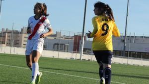 Alba Palacios, jugadora del Torrelodones CF, en una acción de partido