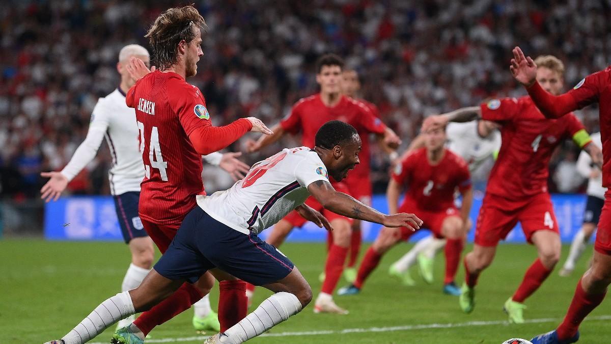 Sterling, en la acción del penalti ante Dinamarca