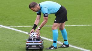 El árbitro Danny Makkelie recoge el balón en un partido de la Eurocopa