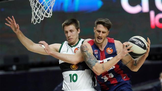 Polonara y Brodziansky luchan por un balón durante el partido