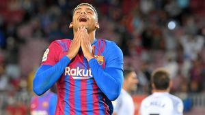 Araujo se lamenta durante el partido ante el Granada
