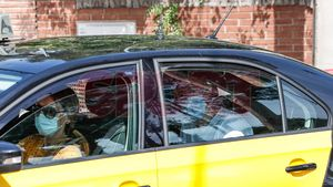 Clément Lenglet llega a casa de los Messi en taxi