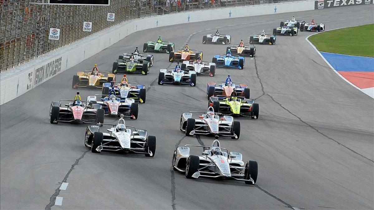 Josef Newgarden liderando el circuito en el Indycar