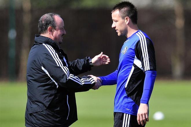 Rafa Benítez y John Terry se saludan durante un entrenamiento del Chelsea