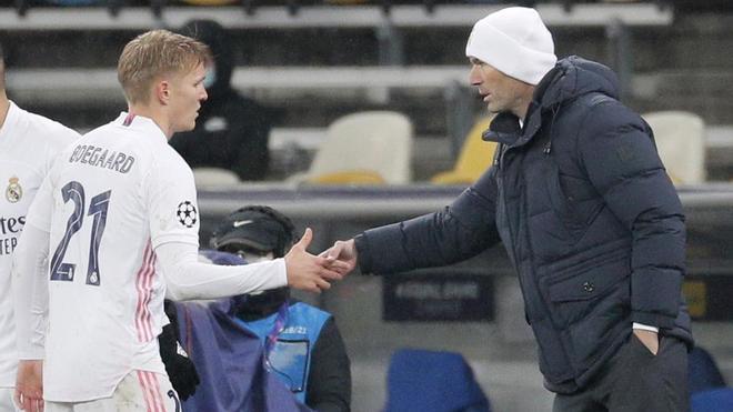 Odegaard saluda a Zidane tras ser cambiado