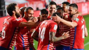 Los jugadores del Granada festejan un gol