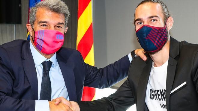 Òscar Mingueza renueva con el FC Barcelona hasta 2023