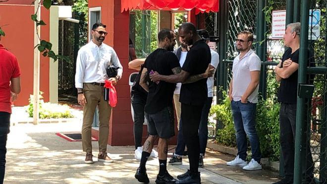 Abidal saludó a Dani Alves en Sao Paulo