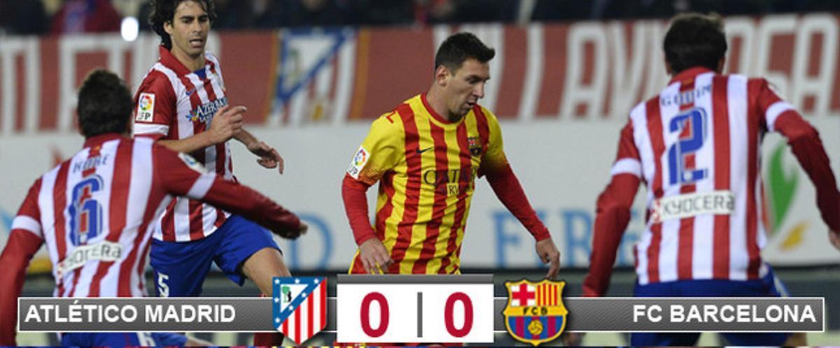 Leo Messi intenta de irse de Koke y Godín tras superar a Tieago durante el Atlético-Barça