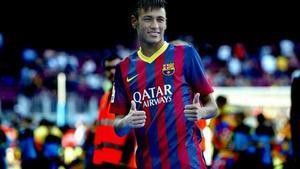 Neymar se presenta ante el escudo y revoluciona el Camp Nou