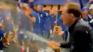 Tuchel la lía con el champagne en la celebración del vestuario del Chelsea