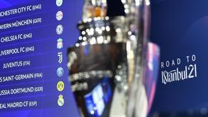El trofeo de la Champions League junto a los emparejamientos de octavos