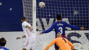 Benzema, una pesadilla para la defensa local
