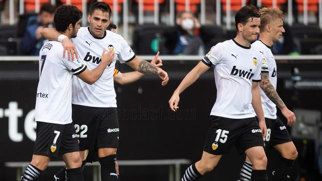 Gonçalo Guedes felicita a Maxi por su gol frente al Valladolid