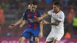 Vitolo presiona a Busquets en su última aparición en el Camp Nou