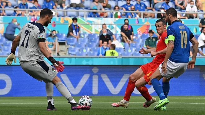 Donnarumma despeja ante la presencia de Gareth Bale y Bonucci