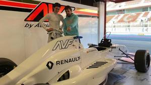 Alonso junto a Vidales en el box de Renault