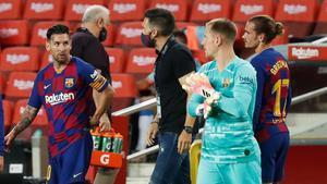Messi y Sarabia, durante un descanso
