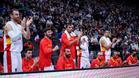 Claver aplaude a sus compañeros en un partido de preparación de la selección