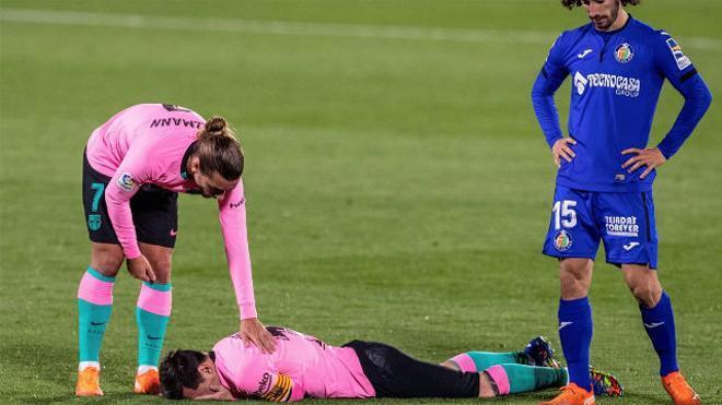 Escandaloso codazo de Nyom a Messi... que no vio ni amarilla